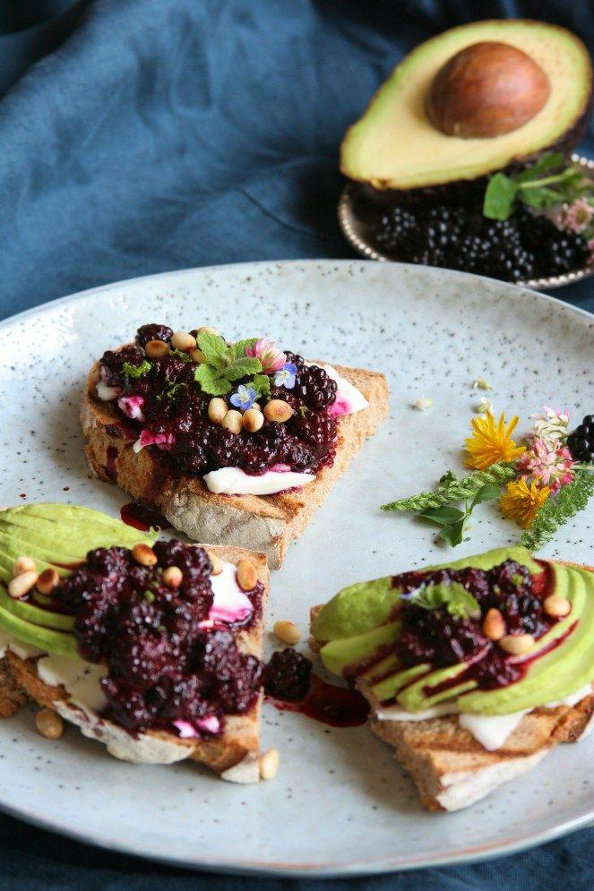Crostini s ostružinami a ovčí ricottou / Crostini with ricotta and blackberries