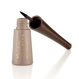 Agite el producto y retire el exceso del pincel. Aplicar desde de la raíz, en la esquina interior, hacia la esquina exterior de las pestañas.