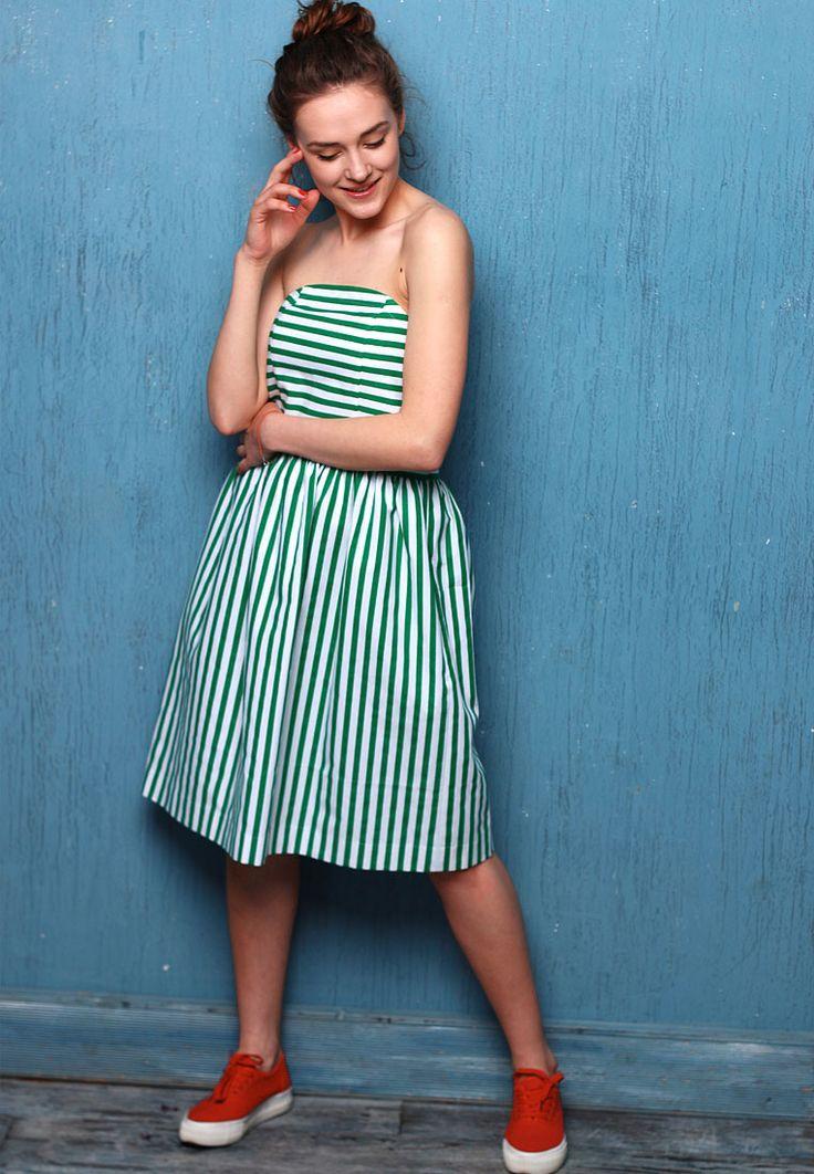 Одно из самых женственных вариантов платья —платье-бюстье. Это не просто платье, а воплощение женственности и сексуальности.Юбка слегка присборенная с карманами в боковых швах. Застежка в платье расположена на спинке — скрытая молния в цвет изделия. Платье изготовленоиз качественного плотного коттона, что прекрасно держит форму и складки.Платье данного фасона позволяют акцентировать внимание одновременно на ногах, талии, …