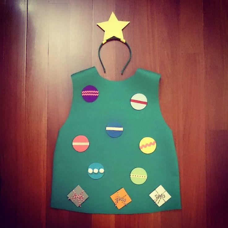 #MiniEzús ya tiene listo su #disfraz para la fiesta de mañana en la guarde. ¡Este año va de #Árbol de #Navidad! Y con bolas de quita y pon para que las coloque donde él quiera #ConEstasManitas #DIY #handmade #homemade #HechoAMano #Fieltro #Felt #costume #christmas #christmastree #