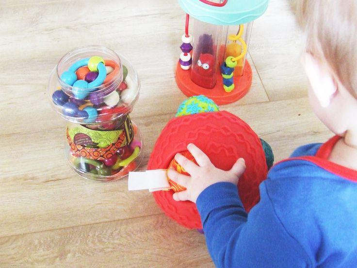 Mamy sporo zabawek plastikowych - głównie w spadku po Rycerzu i zazwyczaj były to prezenty. Zabawki te są bardziej lub mniej pstrokate, gr...