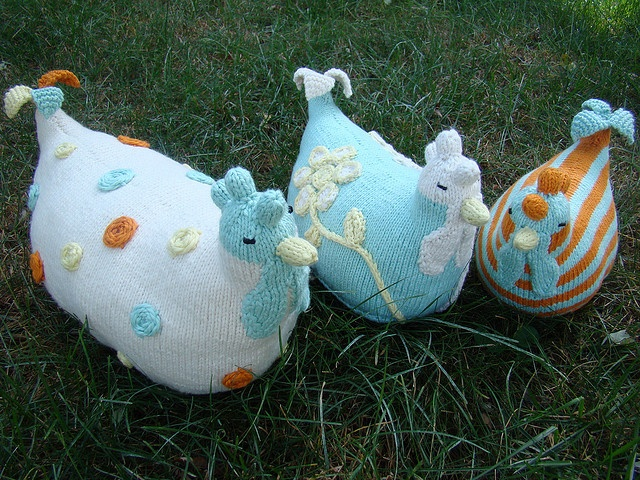 I am so not a chicken decor kind of gal... but these make me want to be! Ravelry: Knit Chickens pattern by Susan B. Anderson