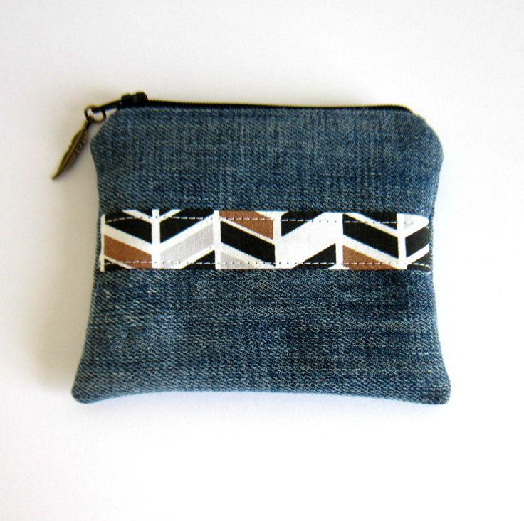 Porte-monnaie en jean's recyclé et coton à motifs chevrons, doublé coton gris motif plumes : Porte-monnaie, portefeuilles par melkikou-upcycling