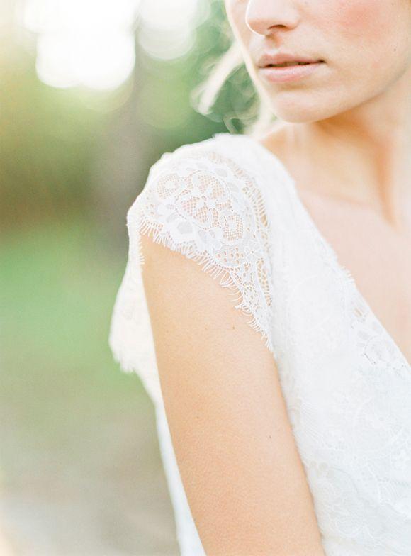 Forest Bridal Session Ideas in a Lace Wedding Gown | Wedding Sparrow | Brancoprata