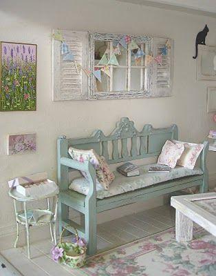 Shabby Chic Bank mit Spiegel und Beistelltischchen in Pastell Türkis und Weiß. DIY Idee Shabby Chic Style: http://carolynslittlekitchen.blogspot.com/2011/03/shabby-chic-bunting.html