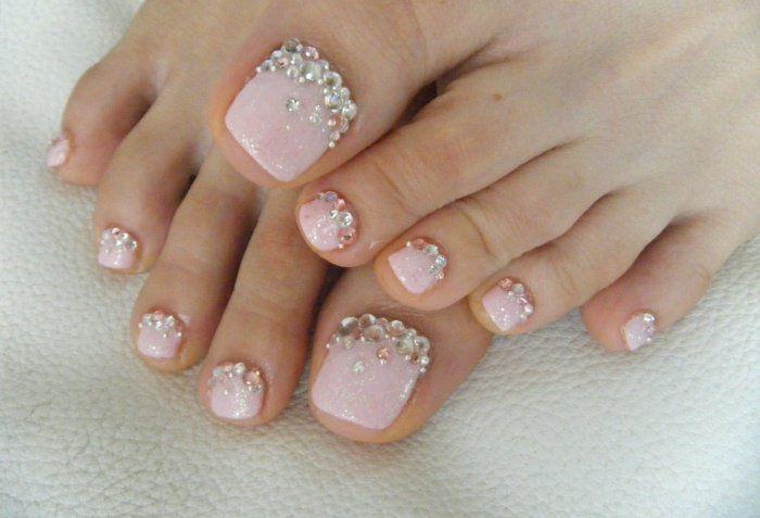 nail art facile: base rose pâle pailletée et strass