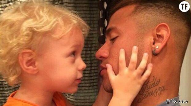 Chouchou des médias depuis l'annonce de son arrivée au Paris Saint-Germain, le joueur de football Neymar a fait couler beaucoup d'encre ces derniers jours. Mais il n'y a pas que le foot pour Neymar. Car le célèbre sportif est aussi le papa de Davi Lucca, un petit garçon de 5 ans. Depuis la naissance de son fils en mai 2011, le sportif semble complètement gaga de sa progéniture et n'en finit pas de poster de lui sur les réseaux sociaux. Neymar a même crée un compte Instagram à ...