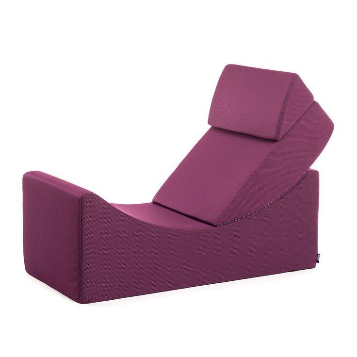 La chaise longue Moon est une pièce du mobilier simple mais très pratique à utiliser pour vous asseoir ou vous allonger, et même comme une table basse. Elle se compose de deux éléments séparés qui sont reliés solidement pour former un seul bloc. Lorsque vous voulez vous dégourdir les jambes, il suffit de déplacer la position du dossier pour créer une chaise longue. Alternativement, vous pouvez combiner deux ou plus Moon pour former des compositions différentes : canapé, canapé-siège, ou…