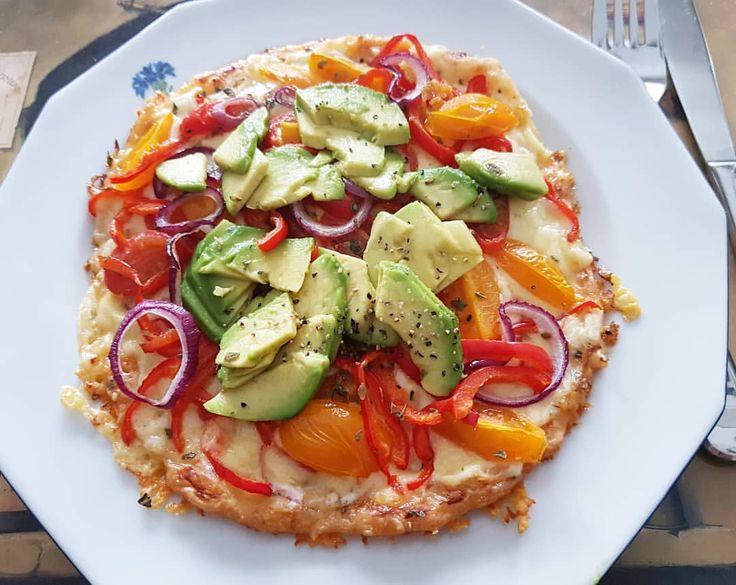 Vegetarisk ostpizza #lchf #pizza #lchq - #ägg #ost #krydda #botten - #avokado #lowcarb #cheese #avocado #recept #paprika #rödlök #kyckling #svamp #mozzarella
