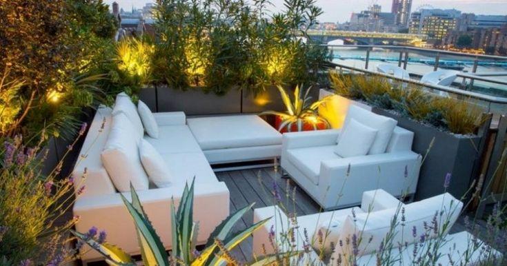 weiße Polstermöbel bilden eine gemütliche Sitzecke auf der Dachterrasse