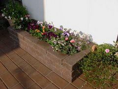 春のガーデニングでおしゃれで素敵な庭を楽しむ 春のガーデニング 【簡単に組み立てできる レンガ花壇セットで花壇作りもラクラク 】送料無料