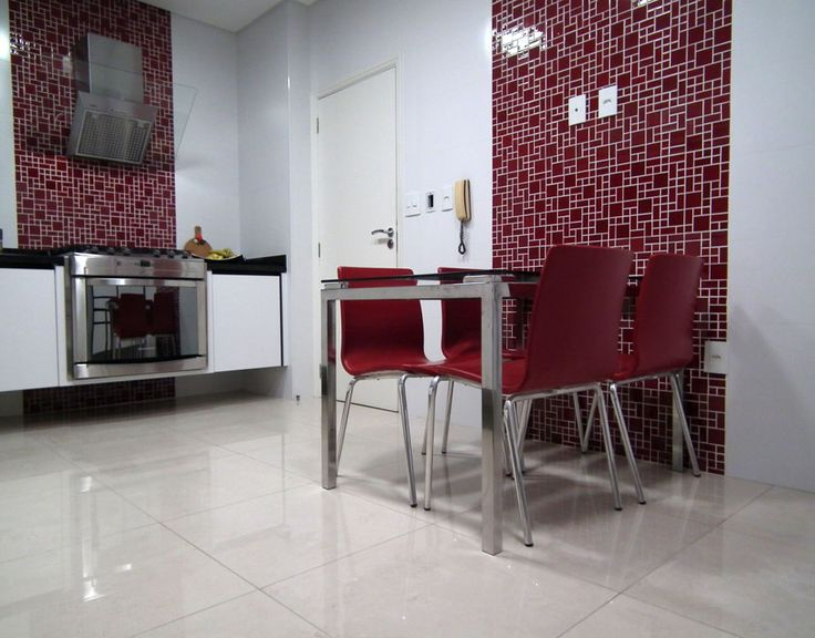 cozinha com revestimento branco e detalhes em pastilha vermelha http://oazulejista.blogspot.com.br/2014/03/revestimento-de-paredeo-monopolio-do.html#axzz2vqMoNaqP