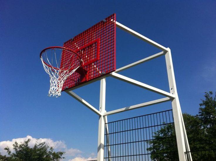Er is door de jeugd gekozen voor basketbalborden in dezelfde kleur als de vloer. Geluidsarm.
