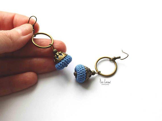 Orecchini fatti a mano blu. Orecchini alluncinetto. Fibra tessile gioielli crochet moderno. Antico in ottone, antichi gioielli in bronzo dorato. Dimensioni: lunghezza totale 5,5 cm = 2,16 pollici NON ADATTO PER PERSONE CON ALLERGIE! SHIPPMENT in 1-3 giorni lavorativi In seconda classe UK ha firmato per. USA tracking numero e firma alla consegna. Se la persona non è in casa, deve raccogliere lelemento dallufficio postale in MAX 15 giorni. TEMPI DI CONSEGNA ---UK fino a 3 giorni lavo...