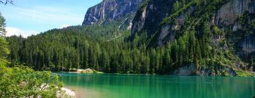 La Val di Braies, perla delle Dolomiti, si estende a più di 2.000 metri sul livello del mare. Lo sfondo da fiaba delle Dolomiti e le acque cristalline del lago di Braies fanno della valle un luogo incantato. La Val di Braies è il posto perfetto per trasformare i sapori e i colori della montagna in prodotti puri e genuini. Le composte Alpe Pragas sono prodotte con più del 70% di vera frutta di montagna, ottenute con un metodo artigianale, senza coloranti o conservanti.