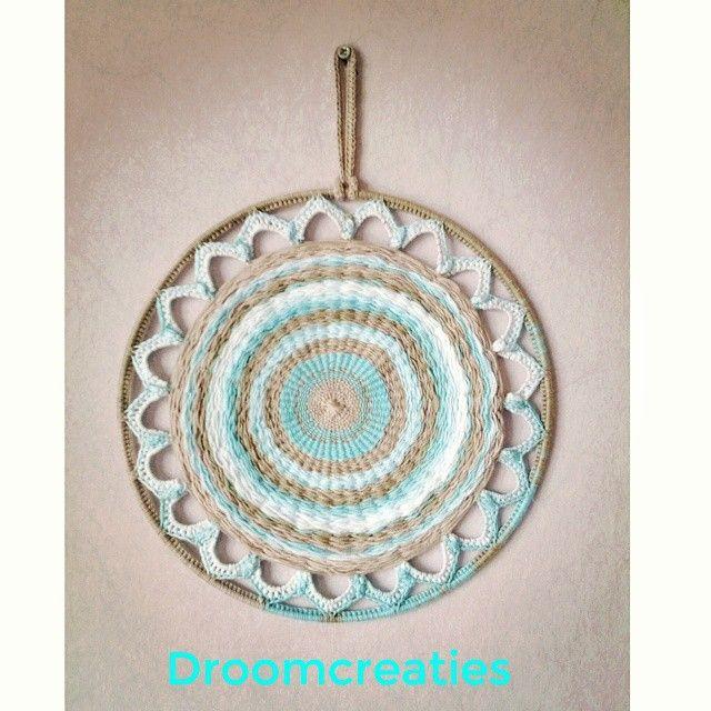 Finished my first weaving project ♡ mandala weave with crochet flower leafs ☆  #mandala #mandaladesign #mandalart #weaving #weven #haken #droomcreaties #crochet #dreamcatcher #dromenvangers #weaveart #instalike #flowerleafs #handmade #creative
