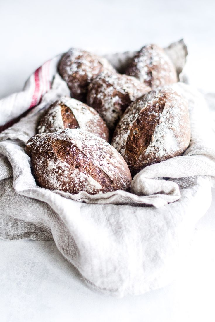 Opskrift på nemt maltbrød uden surdej. Bag det bedste efterårs brød med maltmel, æble, valnødder og rug. Smager skønt til suppe eller med ost, spegepølse.