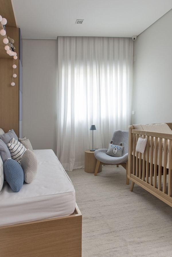 Quarto de bebê - Decoração moderninha - branco azul cinza e madeira clara ( Projeto: Triplex Arquitetura )