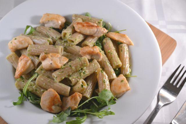 Spelt Pasta met Kip, Rucola en Zelfgemaakte Pesto - Blij Suikervrij