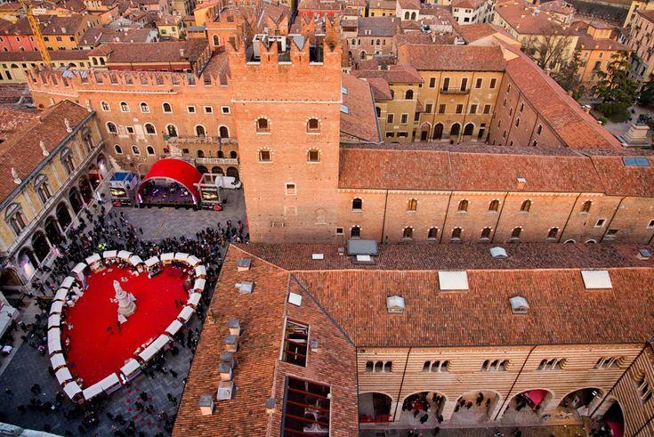 Cerca de Venecia se encuentra Verona, cuyo encanto medieval y el haber sido la ciudad de Romeo y Julieta la hacen una visita obligada para los enamorados