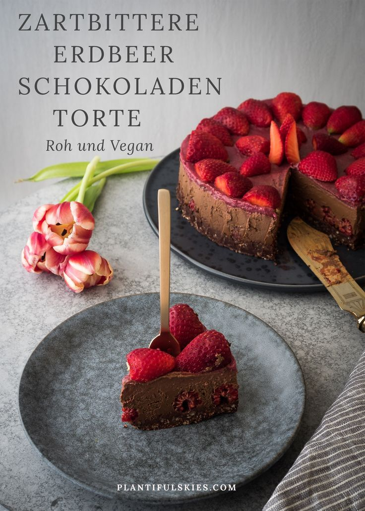Zartbittere Schokolade, saftige Erdbeeren und Himbeeren in einer cremigen Torte- ein wahrer Rohkost Traum.