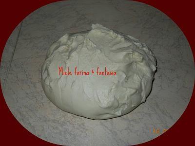 Dosi per pane in cassetta con farina 0 562 gr. di farina 0 300/310 gr. di acqua a temperatura ambiente 150 gr. di lievito madre rinfrescato(oppure 5 gr. di lievito di birra fresco) 1 cucchiaino di miele 2 cucchiaini di sale fino  Dosi per pane in cassetta con farina di grano duro e integrale 300 gr. di farina di grano duro 260 gr. di farina integrale 370/380 gr. di acqua Le dosi degli altri ingredienti restano uguali al precedente
