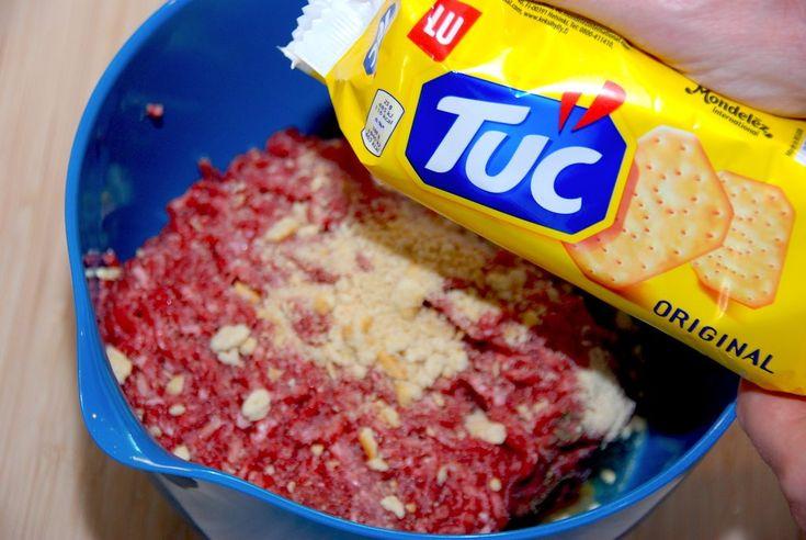 Sådan laver du de bedste burgerbøffer med Tuc saltkiks. Kiksene giver bøfferne en god struktur, og så sørger de for at bøfferne er saftige.