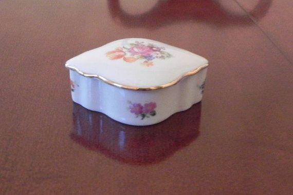 Porcelain German Pill Trinket Box GDR 1877 Gold Accented Lid op Etsy, 23,19 €