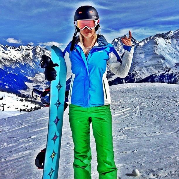 Jetss   Bar Refaeli posa equipada para praticar snowboard