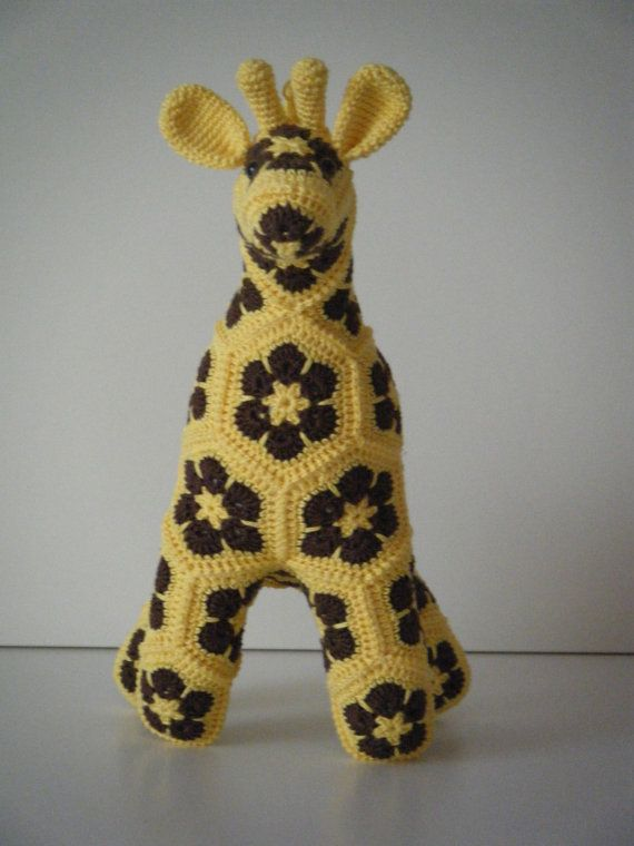 Deze handgemaakte giraf bestaat uit 35 aparte lapjes die aan elkaar werden gehaakt. Hij is gemaakt van 100% katoen, heeft is gevuld met synthetische vulling en heeft veiligheidsoogjes. Hij is 35 cm hoog en 25 cm lang.  Hij is ideaal als decoratiestuk in een kinder- of babykamer. Hij is niet geschikt als knuffel voor kinderen onder de 3 jaar gezien de kleine onderdelen.  Patroon : Heidi Bears ( https://www.etsy.com/shop/heidibears )  Aangepaste kleuren zijn mogelijk. Stuur ...