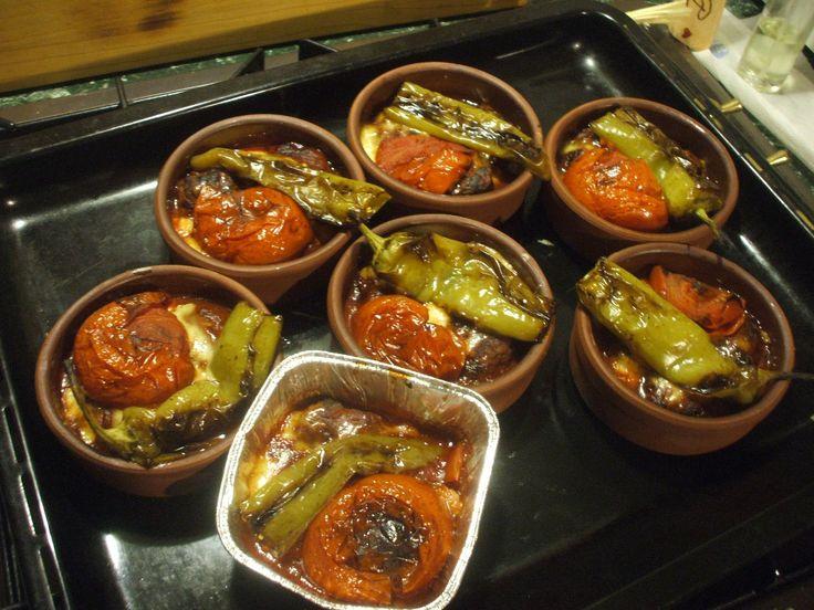 Güveçte domates soslu köfte (Paradicsomszószos vagdalt agyagedényben) – Szegedi Ági | Türkinfo
