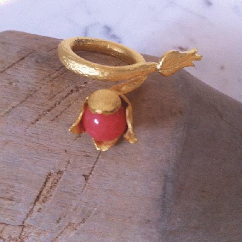 Vakker organisk, frodig tulipanring i gullbelagt stål med korallfarget sten. Virkelig noe for seg selv denne her! Nydelig som statementring - også sammen med andre ringer. Ringen er justerbar og passer de fleste.