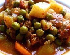 Frango Ensopado com Batata, Chuchu e Ervilha - Frango temperado e refogado; cozido com legumes no caldo de galinha e molho de soja