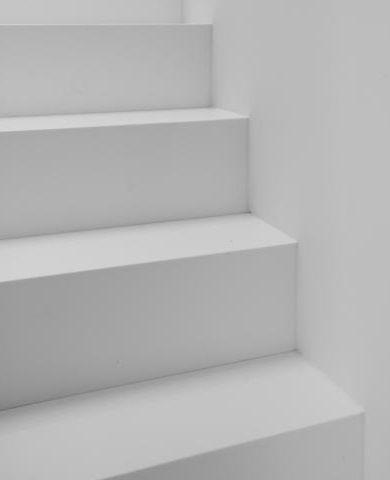 Witte trap • strak • naadloos • Architecte: Annelies Paulussen
