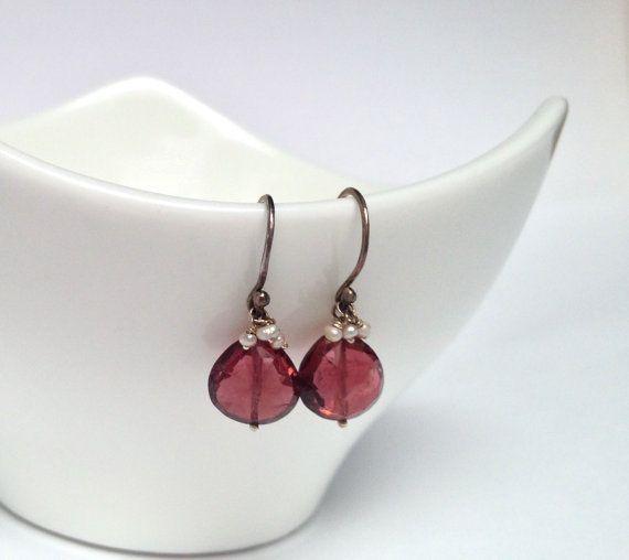 Turmalina rosa oscuro con pequeñas perlas de agua dulce en el