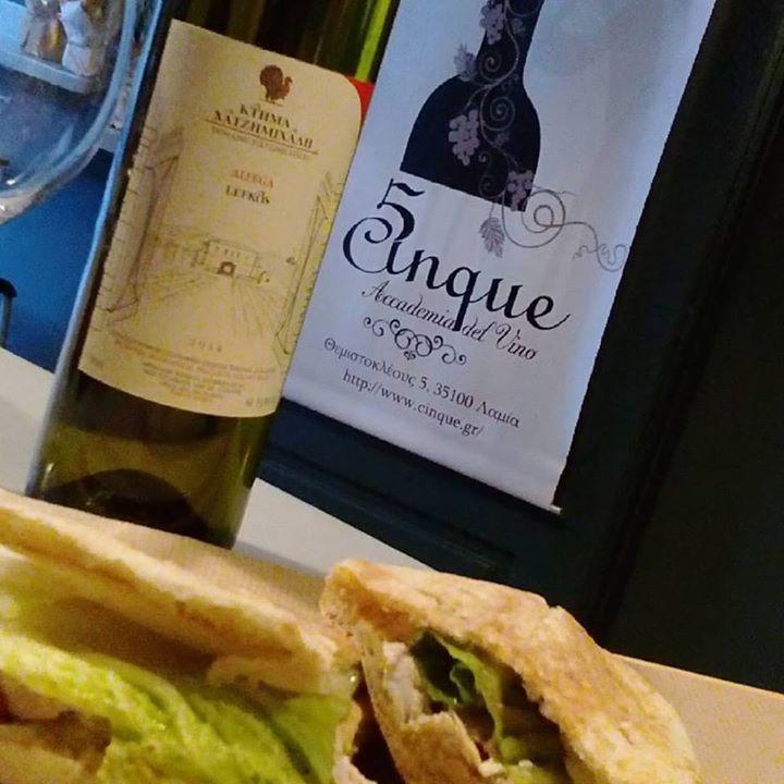 Για να ξεκινήσει γευστικότατα η εβδομάδα επιλέξτε panini με ψητό κοτόπουλο,φρέσκοκομμένο ανανά,ρεμουλάντ με μουστάρδα dijon!Συνοδεύστε το με Alfega Lefkos, ένα λευκό κρασί από το οινοποιείο Χατζημιχάλη στην Αταλάντη!