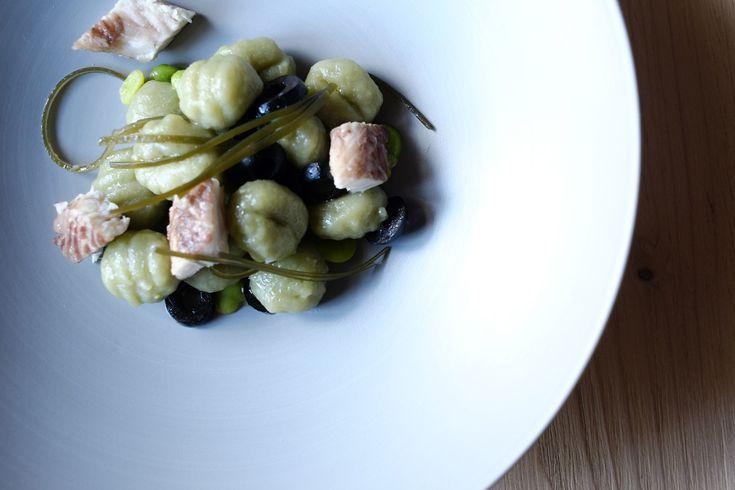 Gnocchi spirulina, alga kombu, olive nere, anguilla e fave