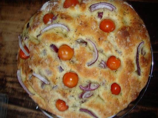 Focaccia met tomaatjes en rode ui uit broodbakmachine