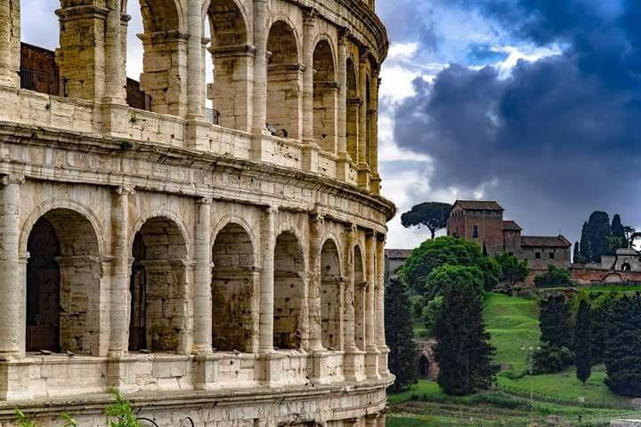 O Coliseu Também Conhecido Como Anfiteatro Flaviano Tem Formato Oval E Está Localizado No Centro Da Cidade De Roma Ca Passeios Em Roma Cidade De Roma Viagens