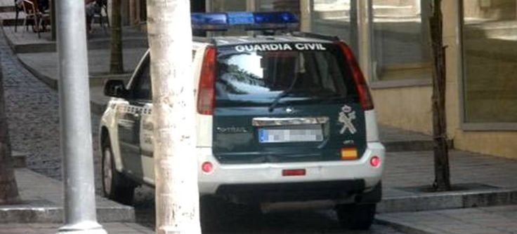 ALMUÑÉCAR. Los detenidos circulaban en un vehículo por la autovía A-7, a su paso por el término de Almuñécar. Al procederse al registro del vehículo fue encontrada una pistola oculta