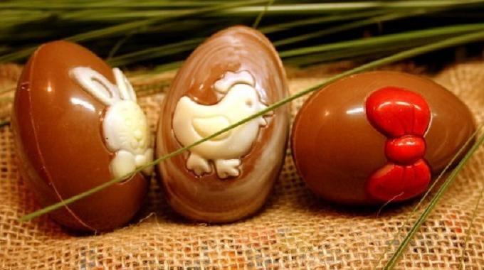 Pourquoi ne pas faire vous-même vos oeufs de Pâques avec des restes de tablettes de chocolat ? Voici une idée de dessert chocolaté originale que les enfants vont adorer ! Découvrez l'astuce ici : http://www.comment-economiser.fr/oeufs-paques-coque-chocolat.html?utm_content=buffer83f96&utm_medium=social&utm_source=pinterest.com&utm_campaign=buffer