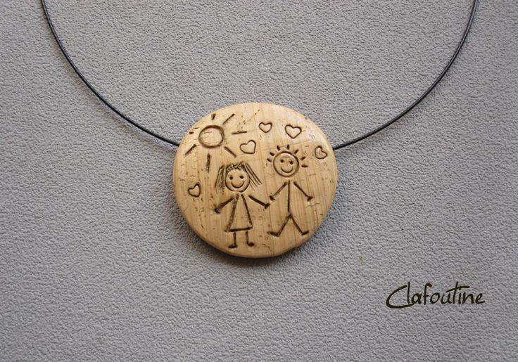Un pendentif idée cadeau maitresse imitation bois: un petit dessin enfantin de 2…