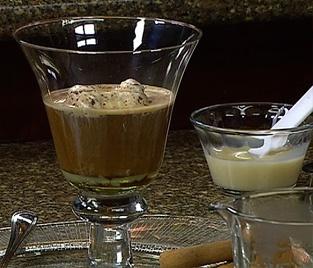 Receta de café kaffa: 1 cdta de cocoa, 1 cdta de leche condensada, 1/2 onzas de ron, 4 onzas de café concentrado caliente, una bola de helado. Delicioso!