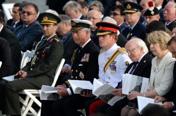 Çanakkale Kara Savaşları'nın 100. yıl dönümü dolayısıyla Gelibolu yarımadasındaki İngiliz Anıtı'nda anma töreni gerçekleşti. Törene Birleşik Krallık Galler Prensi Charles (sağ4), oğlu Prens Henry Charles Albert David Harry (sağ3) ve İrlanda Devlet Başkanı Michael Higgins (sağ2) katıldı