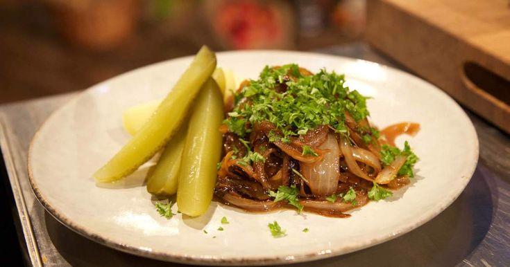En vardagsklassiker i toppklass! Så här lagar Markus Aujalay perfekt stekt pannbiff med löksky, potatis och saltgurka.