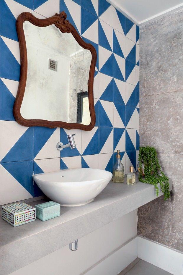 Apartamento mistura madeira, cimento e concreto na decoração - banheiro ladrilho hidráulico