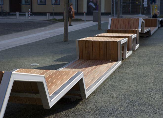 Kontor Freiraumplanung a créé, à Hambourg,un long banc qui traverse l'espace public dans toute sa longueur tout en l'illuminant en soirée.