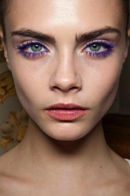 Paarse mascara + lichtroze lippenstift