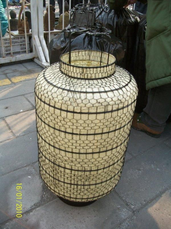 Portacandela in ferro e carta con ideogrammi cinesi beneauguranti, inizio '900. € 300
