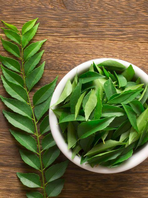 Ze hebben veel weg van laurierblaadjes, maar als het neerkomt op smaak hebben kerrieblaadjes en totaal andere invloed op de smaak van je gerecht. Wat kun je precies hiermee? En hoe gebruik je ze optimaal? Eerst een korte uitleg: kerrieblaadjes komen van de kerriebladboom (niet te verwarren met de kerrieplant), welke vooral groeit in India, Sri Lanka …